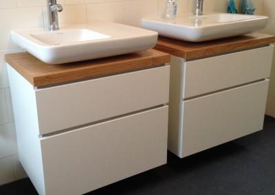 Upgrade bestaand badkamermeubel, corpus: mat wit plaatmateriaal, greeploos, Bbvenkant: eiken naturel