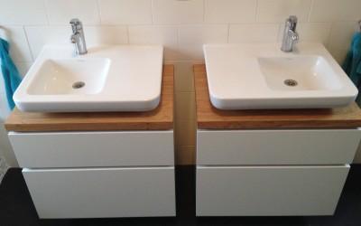 Upgrade bestaand badkamermeubel. Corpus: mat wit plaatmateriaal, greeploos, bovenkant: eiken naturel