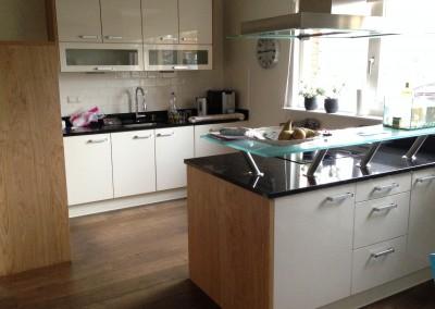 Keuken met eiland,  hoogglans wit gespoten,  fronten in combinatie met MDF-eiken naturel gefineerd