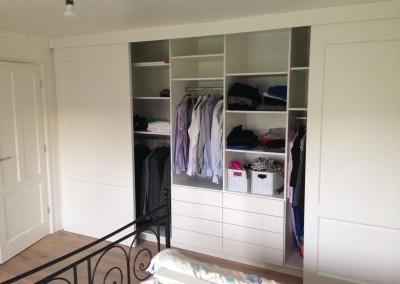 Complete kastenwand, materiaal: zijdeglans gespoten MDF, kastdeuren aangepast aan bestaande paneeldeur