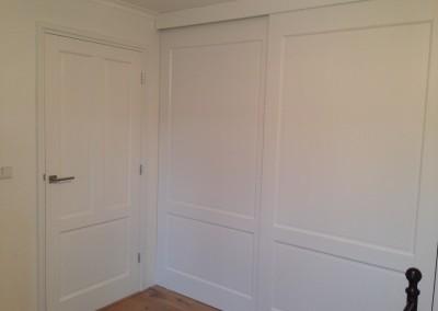 Kastdeuren aangepast aan bestaande paneeldeur, materiaal: zijdeglans gespoten MDF