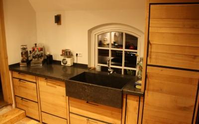 Op maat gemaakte keuken, ruw eiken met stalen frame, aanrechtblad: Belgisch hardsteen, spoelbak, op maat gemaakt, extra groot en extra diep, van Belgisch hardsteen