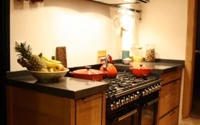 Op maat gemaakte keuken: ruw eiken met stalen frame