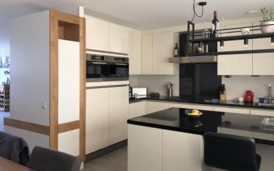 Keukeneiland bij bestaande keuken,  keukenkast links is achterkant boekenbureaukast