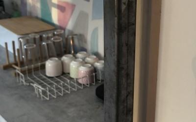 Op maat gemaakte stalen grepen in keuken met ahornhout, blad topcore ash grey