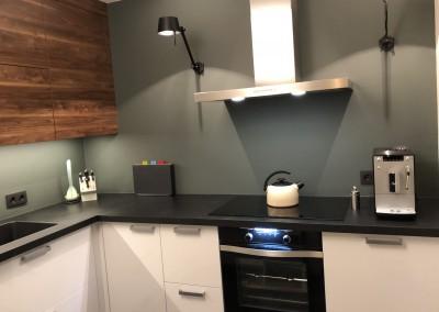 Keuken, kastwerk  onder hoogglans wit, bovenkasten notenkleur, blad Ardesia (Simacore)