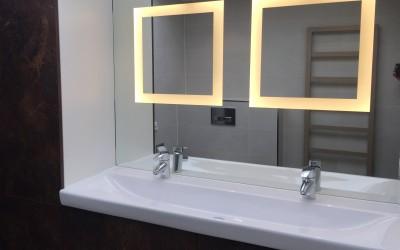 Spiegel met ingebouwde ledverlichting, het licht is niet verblindend en valt schaduwloos op het gezicht, Badkamermeubel, materiaal gemelamineerd hout met de look van geroest staal