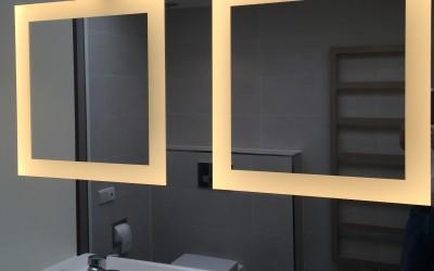 Spiegel met ingebouwde ledverlichting, het licht is niet verblindend en valt schaduwloos op het gezicht