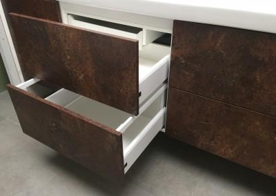 Badkamermeubel, materiaal gemelamineerd hout met de look van geroest staal