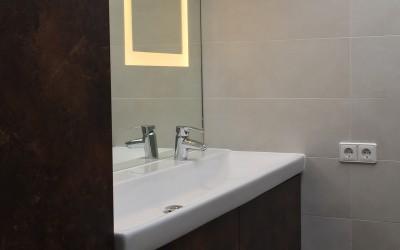 Badkamermeubel, materiaal gemelamineerd hout met de look van geroest staal, spiegel met ingebouwde ledverlichting