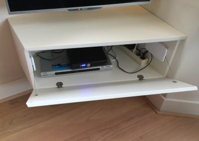 Detail audio-meubel: op maat gemaakt, materiaal: in kleur gespoten MDF