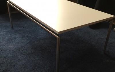 Salontafel: blad: in kleur gspoten MDF, behandeld met nano krasvaste, matte lak, poten gemaakt passend bij overig meubilair