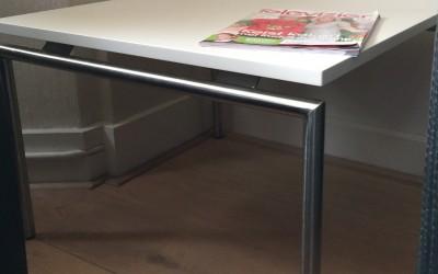 Hoektafel: blad: in kleur gspoten MDF, behandeld met nano krasvaste, matte lak, poten gemaakt passend bij overig meubilair