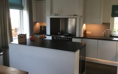 Bestaande keuken, fronten vervangen en eiland bij gebouwd incl. wijnklimaatkast en ingebouwde TV, alle verlichting vervangen door ledverlichting