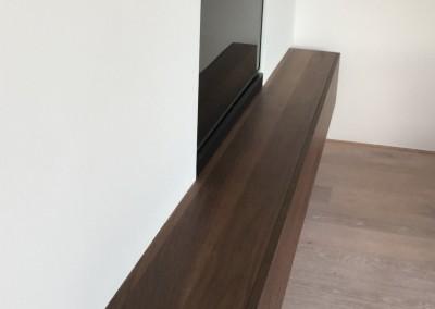 Dressoir ingebouwd in voorzetwand. materiaal smoked walnut, TV in de wand geplaatst, ontwerp StijlAPART, zie https://stijlapart.nl/meubels-en-interieurs/maatwerk/interieurontwerp-met-ingebouwd-dressoir/