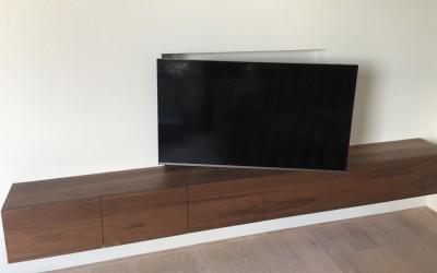 Dressoir ingebouwd in voorzetwand, materiaal smoked walnut, TV in wand geplaatst, ontwerp StijlApart, zie https://stijlapart.nl/meubels-en-interieurs/maatwerk/interieurontwerp-met-ingebouwd-dressoir/