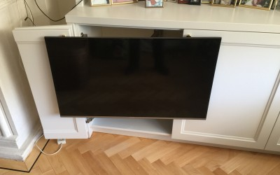 Detail kastenwand, TV ingebouwd in onderkast