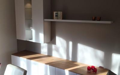 Wandmeubel met dressoir, in kleur gespoten MDF, massief eiken verjongd blad van 20 naar 10 mm, vitrinekast met verlichting