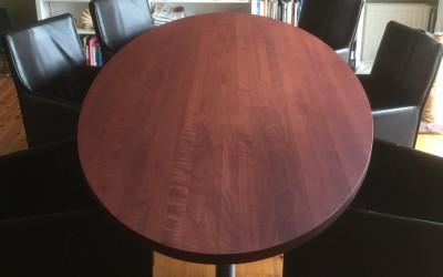 Tafel, blad: gekleurd massief kersenhout, poten: rvs geglaspareld