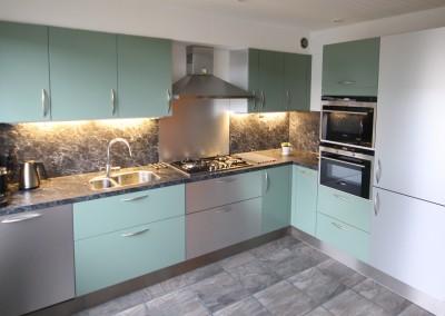 Keuken, gespoten in groen en RVS