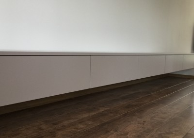Zwevend wandmeubel, in kleurgespoten MDF, mat, 8,50 meter