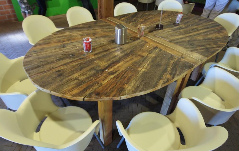 Schapedrift Ermelo: Ovale tafel, die gehalveerd kan worden; gemaakt van gelakt oud steigerhout