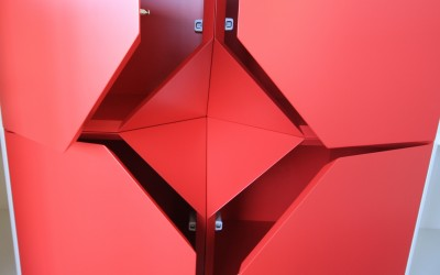 Hangende rode wandkast, bestaande uit vier losse elementen, afmeting 0,40 x 0,40 x 0,40 m per element, materiaal: zijdeglans gespoten MDF, prijs totaal  € 495