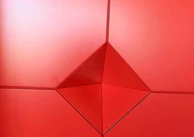 Hangende rode wandkast (als vorige foto, deuren dicht), bestaande uit vier losse elementen, afmeting 0,40 x 0,40 x 0,40 m per element, materiaal: zijdeglans gespoten MDF, prijs totaal  € 495