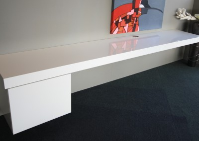 Vrijhangend wandmeubel met ruimte voor apparatuur, hoogglans gespoten, afmeting: 2,8 x 0,5 m, prijs € 995