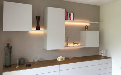Hangend dressoir met bovenkasten, materiaal: MDF in kleur gespoten, verlichting ingebouwd achter schappen, die hiervoor 5 cm minder diep zijn