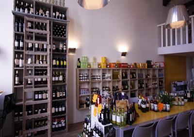 Inrichting wijn- en delicatessenzaak, vakkenkast opgebouwd uit gebruikt steigerhout