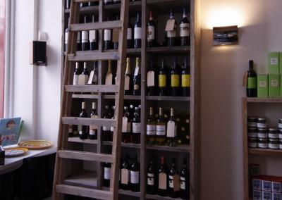 Inrichting wijn- en delicatessenzaak, vakkenkast met ladder, opgebouwd uit gebruikt steigerhout