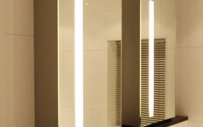 Badkamer: 2 spiegelkasten met ronde spiegels met in de spiegel gebouwde led verlichting