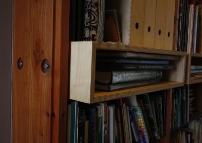 Detail, boekenkast van ruw larix hout, inzetkastje van berken multiplex
