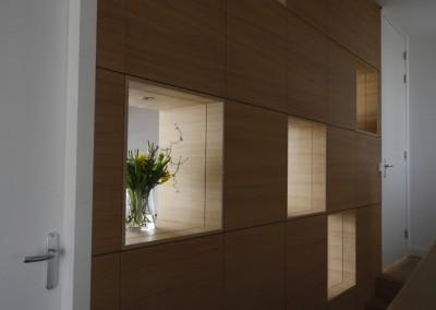 Wandkast met vakken in dwarsdoorlopend eikenfineer, dit is de hal-kant van de kast