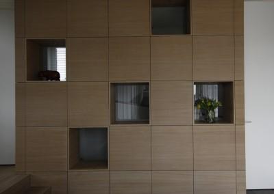 Wandkast met vakken in dwarsdoorlopend eikenfineer, dit is de kamer-kant van de kast, aan de andere kant de hal-kant van de kast