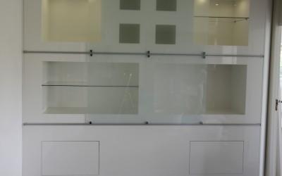 Hooglans gespoten, op maat gemaakte kastenwand met vlak ingebouwde push2open laden, gematteerd glazen ruiten