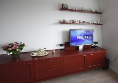 Dressoir met elektrische flatscreenlift, materiaal: MDF gespoten in ossenbloedrode kleur van de bestaande keuken