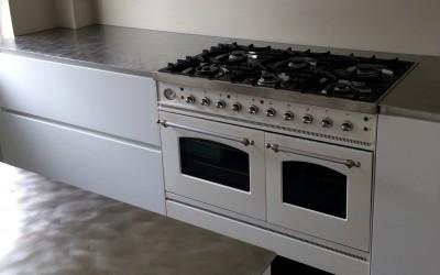 Moderne keuken, blad geborsteld staal