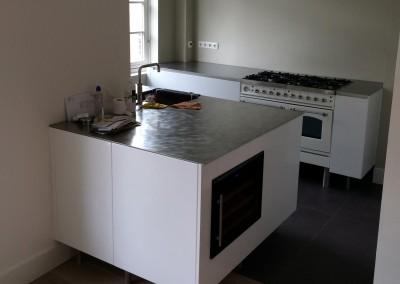 Moderne keuken, blad richtingloos geborsteld staal, wijnkast op voorgrond