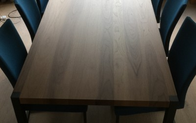 Notenhouten tafel, onderstel zwart gepoedercoat, ontwerp StijlApart, zie https://stijlapart.nl/meubels-en-interieurs/maatwerk/interieurontwerp-met-ingebouwd-dressoir/