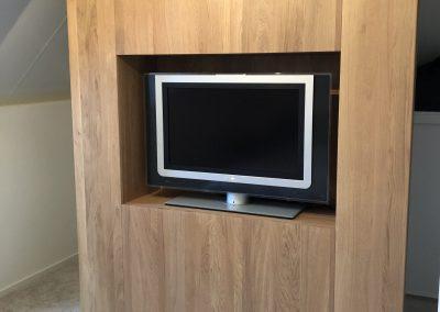 TV-meubel, massief eiken, tevens scheidingswand, achter deze wand is een inloopkast