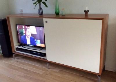 Audio-TV-meubel met schuifdeuren. Corpus: kersenhout, deuren: gemelamineerd MDF