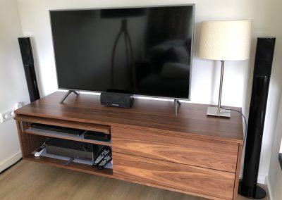 Zwevend dressoir, materiaal: gemelamineerde plaat met notenfineer, linker deur kan weggeschoven worden zodat stereo-apparatuur goed bereikbaar blijft