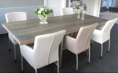 Tafel van massief, grijs gemaakt eiken - Onderstel van RVS is zo geconstrueerd dat er ruimte is voor 6 stoelen
