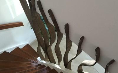 Bovenaanzicht trakhek in de vorm van boomtakken, materiaal: handgebogen multiplex, kleur gebeitst