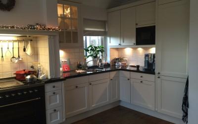 Bestaande keuken, hier hebben we de fronten en de verlichting vervangen, zie volgende foto's