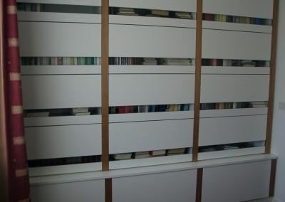 Gesloten boekenkast, opgebouwd uit losse elementen, boeken kunnen stofvrij opgeborgen worden