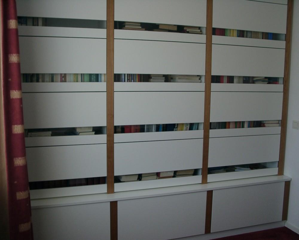 Gesloten boekenkast, opgebouwd uit losse elementen, boeken kunnen ...