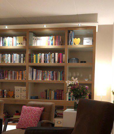 Zwevend opgehangen boekenkast met massief eiken fronten, led verlichting aan de bovenkant en onderkant